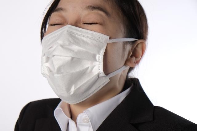 花粉症 鼻をかむ女性