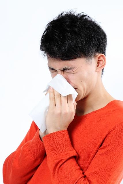 花粉症 鼻をかむ男性