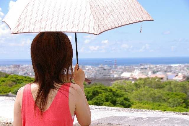 日傘をさす女性 紫外線対策