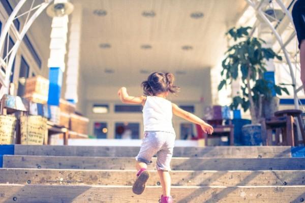 走り回る子供