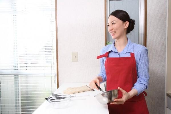 泡だて器を使う主婦_キッチン