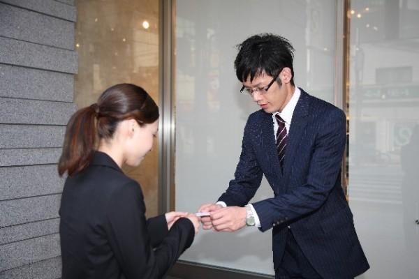 名刺交換するビジネスマン