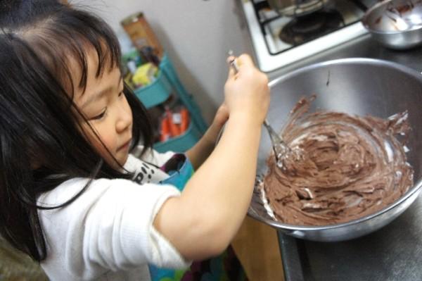 お菓子作りのお手伝いする女の子