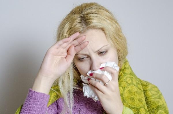 寒くて風邪気味の女性
