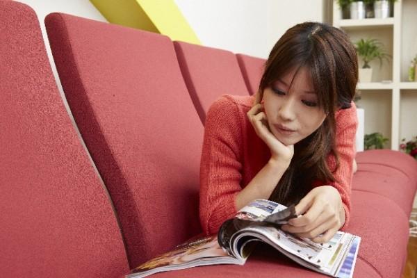 空いた時間に雑誌を見る女性