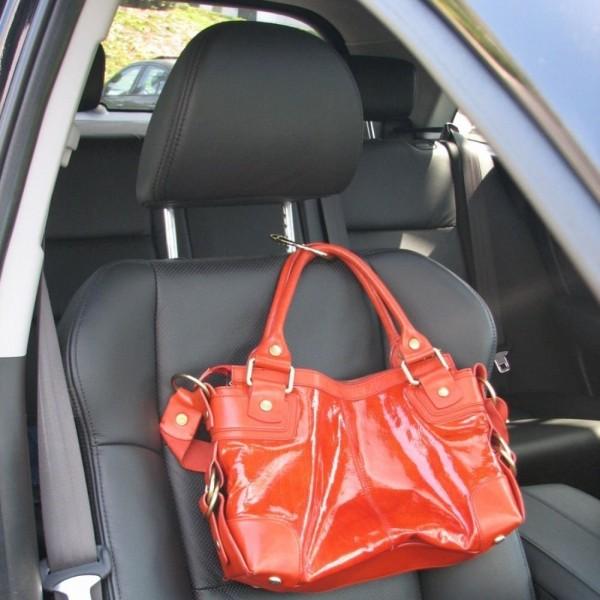 鞄の置き場に困らないバッグ専用ハンガー Clipa クリッパ_車内で使用
