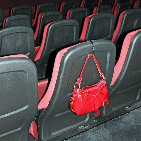 鞄の置き場に困らないバッグ専用ハンガー Clipa クリッパ_椅子にかける