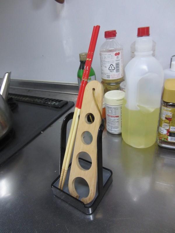 キッチンのちょい置きに tower お玉&ふたスタンド_パスタ計量と菜箸