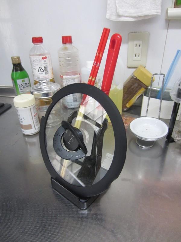 キッチンのちょい置きに tower お玉&ふたスタンド_フタと菜箸とお玉
