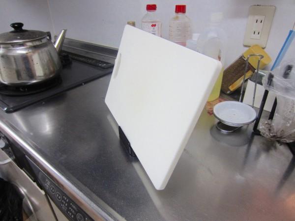 キッチンのちょい置きに tower お玉&ふたスタンド_まな板横置き
