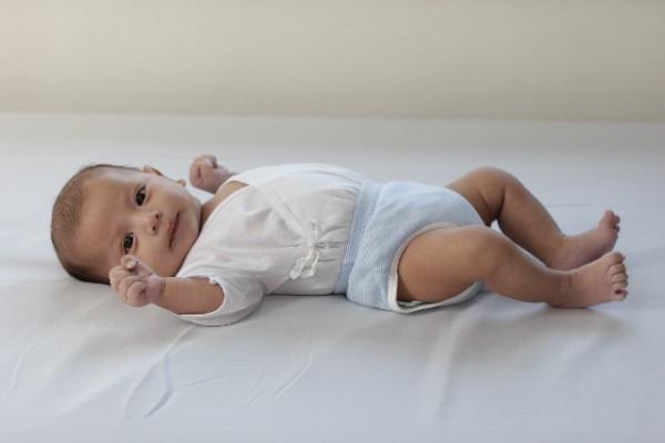 オムツを履いた赤ちゃん