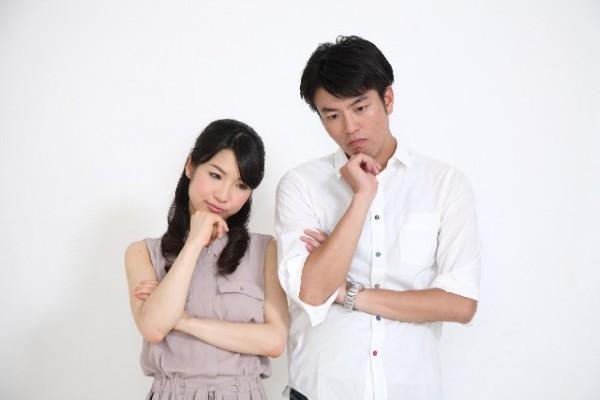 男女_夫婦_悩む_表情