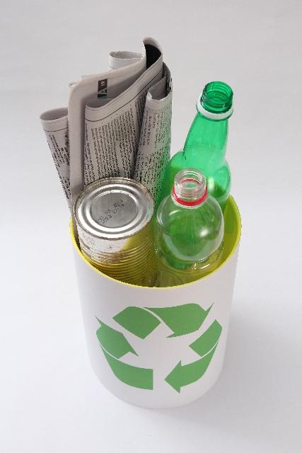 空き缶もペットボトルも潰して圧縮! リサイクル便利グッズ!