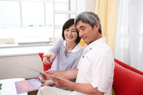 レコードジャケットを見る老夫婦