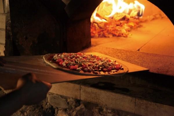 石窯で焼くピザ