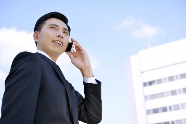 ビジネスマン_スマホで電話