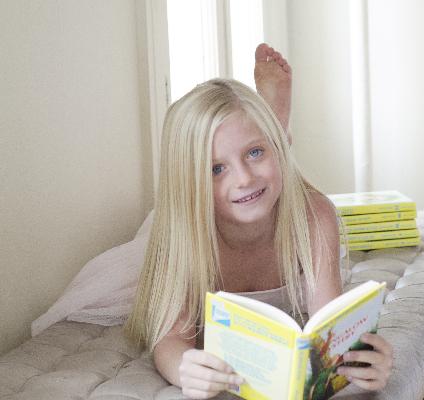 ベッドで本を読む女の子