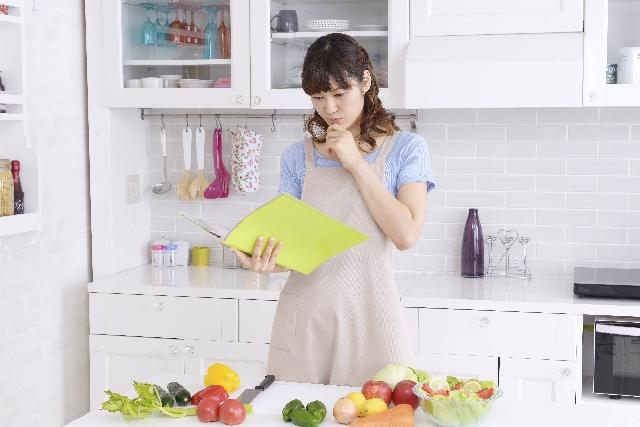 レシピ本を確認する主婦