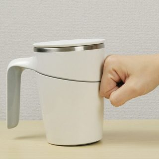 ちょっとやそっとで倒れない!保温蓋付きマグカップ
