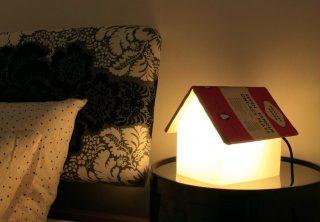 寝室の読書に!かわいい「お家型スタンドライト」