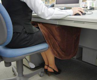 職場で足が冷える!オフィスのデスクが暖かくなる対策グッズ