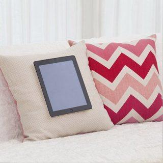ソファーでiPad・タブレットを楽しみたい!クッションがスタンドに!