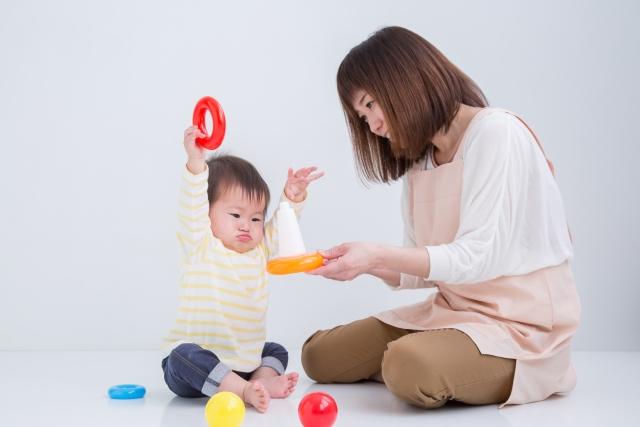 玩具で遊ぶ親子