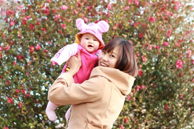 冬にお出かけするママと赤ちゃん