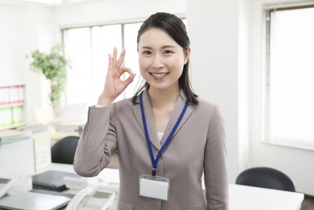 オフィスでポーズをとる女性