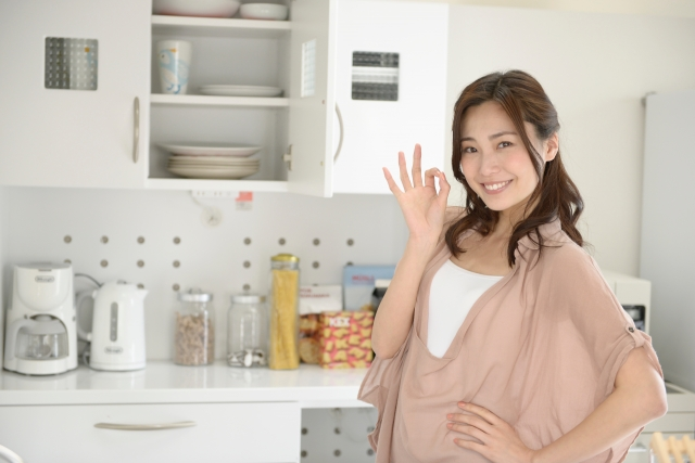 キッチンでポーズをとる主婦