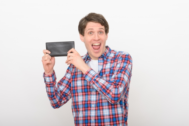 財布を持つ男性